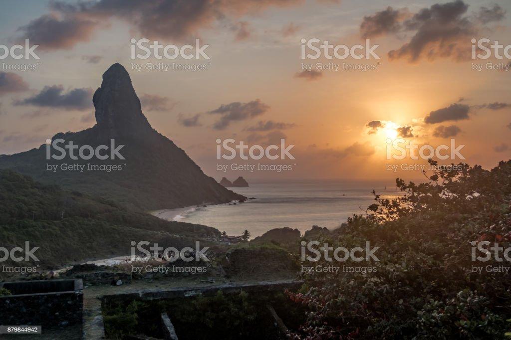 Vista por do sol de Nossa Senhora dos Remedios fortaleza com o Morro do Pico em fundo - Fernando de Noronha, Pernambuco, Brasil - foto de acervo