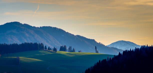 Blick auf den Sonnenuntergang in den österreichischen Alpen – Foto