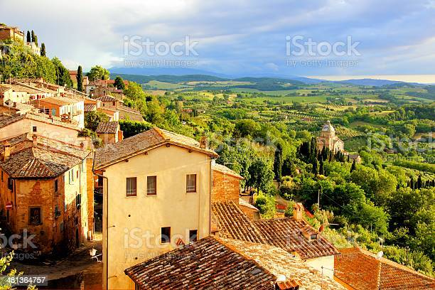 Sunset view of a town overlooking countryside of tuscany italy picture id481364757?b=1&k=6&m=481364757&s=612x612&h=c pzuclflfeqbjjetxrx xkxxo5cjmhekb74xkt86sa=