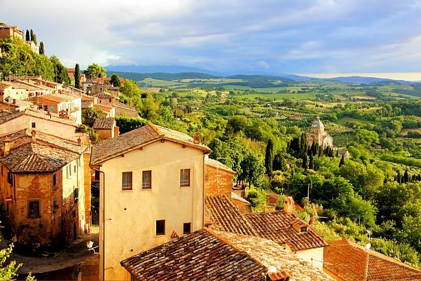 blick auf den sonnenuntergang über der stadt mit blick auf die landschaft der toskana, italien - italien stock-fotos und bilder