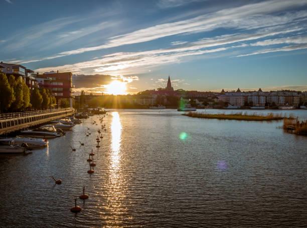 solnedgången över sjön i hammarby sjöstad och södermalm i stockholm, sverige - ferry lake sweden bildbanksfoton och bilder