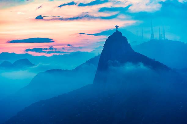 blick auf den sonnenuntergang von rio de janairo, brasilien - rio de janeiro stock-fotos und bilder