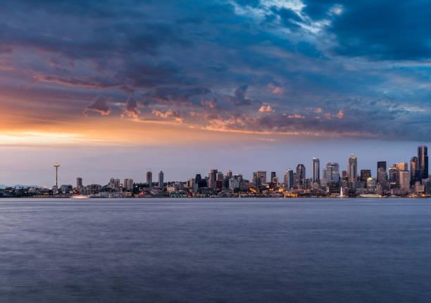 Blick auf den Sonnenuntergang der Skyline von Seattle über Lake union – Foto