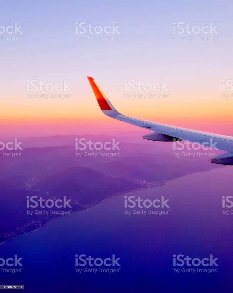 Coucher de soleil vue de ciel et les nuages de la fenêtre de vol avion - Photo