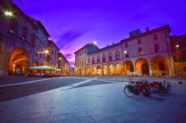 Sonnenuntergang Blick auf die Piazza Santo Stefano am Abend, Bologna, Italien – Foto
