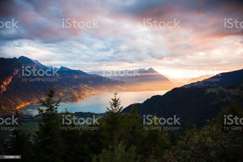 Blick auf den Sonnenuntergang von Thun See in Interlaken vom Harder Kulm Beobachtung Punkt in der Schweiz – Foto