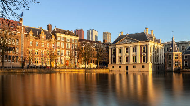 Sunset view on pond Hofvijver, buildings of the Binnenhof and skyline of the Hague, Netherlands-2019 Sunset at the Hofvijver at Den Haag, The Netherlands kantoor stock pictures, royalty-free photos & images