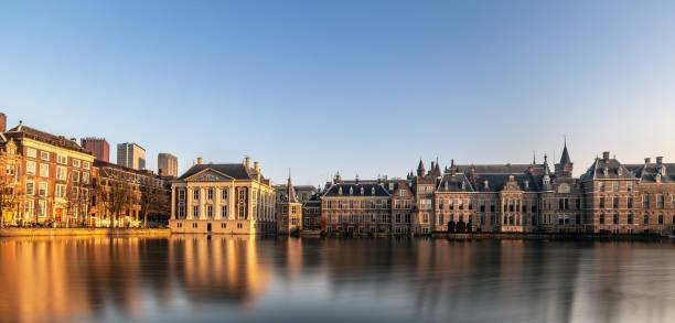 zonsondergang uitzicht op vijver hofvijver, gebouwen van het binnenhof. den haag, nederland - 2019 - den haag stockfoto's en -beelden