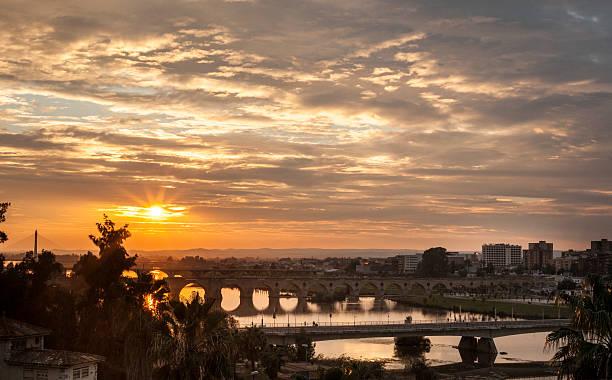 Puesta de sol con los puentes de Badajoz - foto de stock