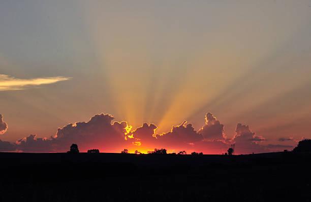 Pôr-do-sol com linhas solar brilhante no horizonte - foto de acervo