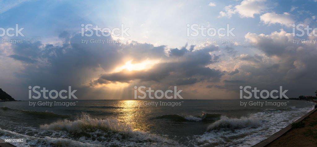 Zonsondergang met dramatische cloud over zee - Royalty-free Avondschemering Stockfoto