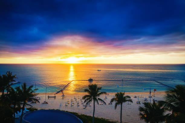 sonnenuntergang mit palmen - ferienhaus thailand stock-fotos und bilder