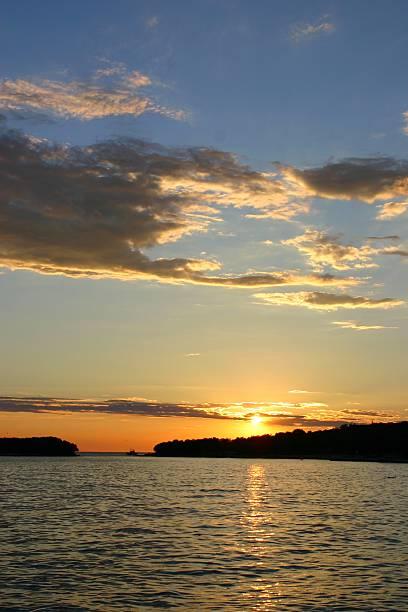 sonnenuntergang mit segelboot - herpens stock-fotos und bilder