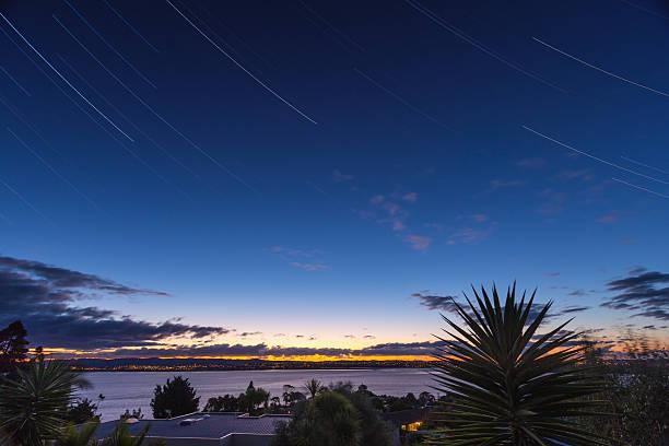 Sonnenuntergang mit startrails über West Auckland – Foto