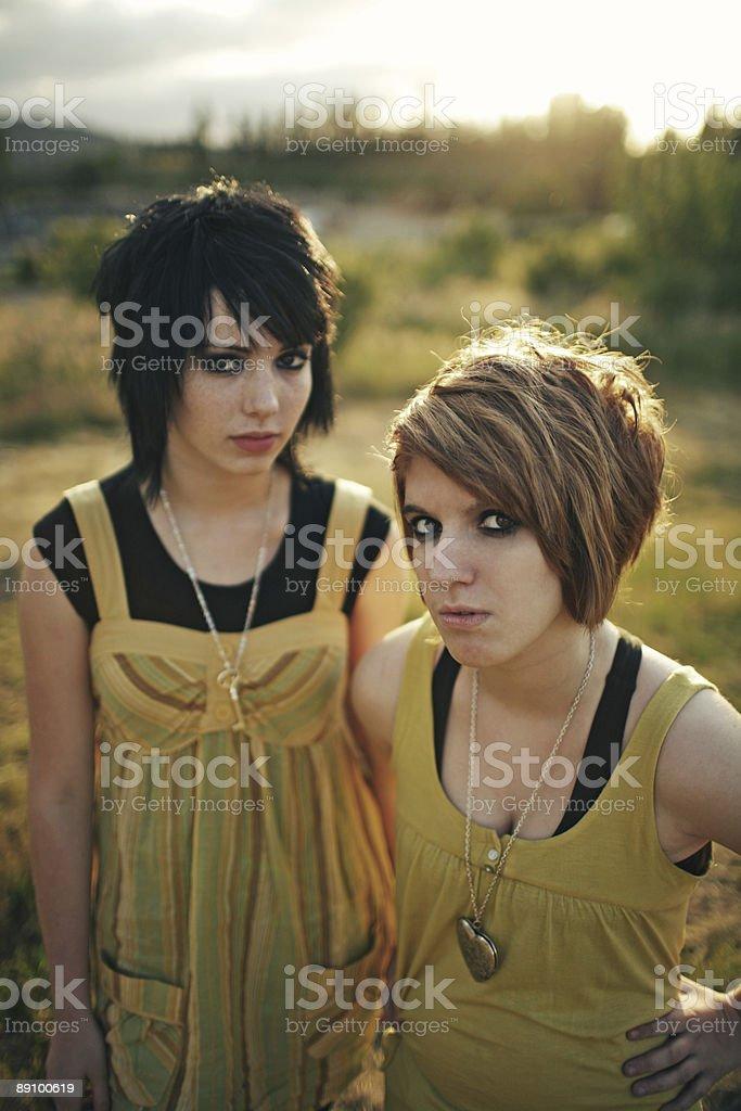 Закат с двух молодых с низкой талией Стоковые фото Стоковая фотография