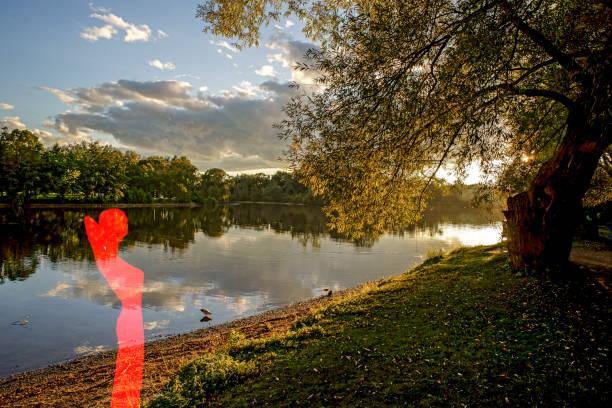 sonnenuntergang mit frau in rot - havadi-nagy stock-fotos und bilder