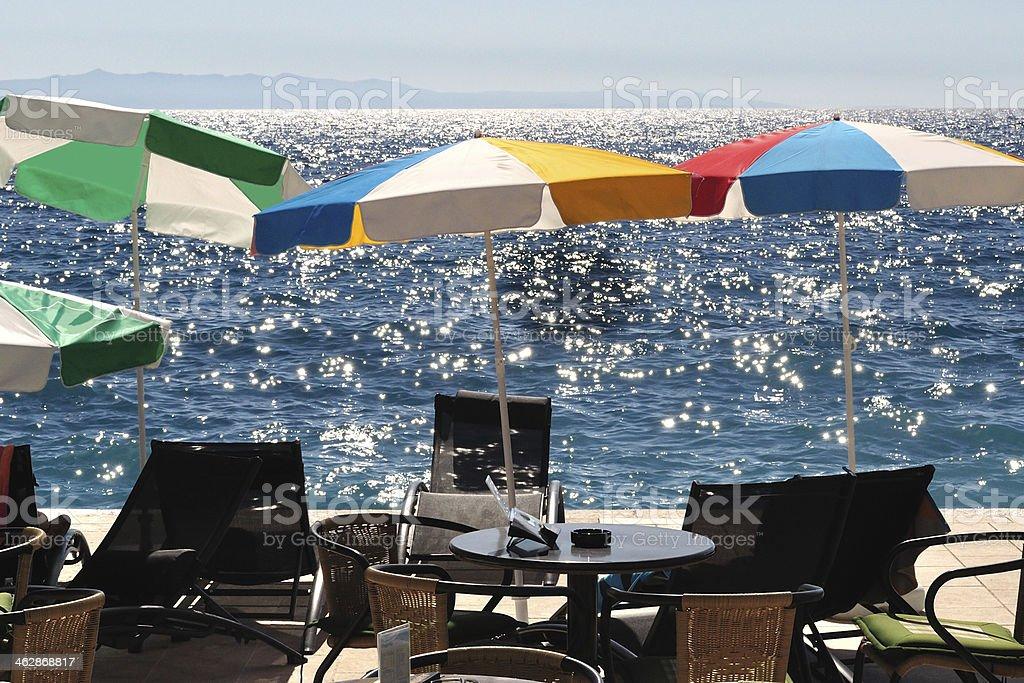 Sunshades i krzesła na plaży z morzem w tle zbiór zdjęć royalty-free