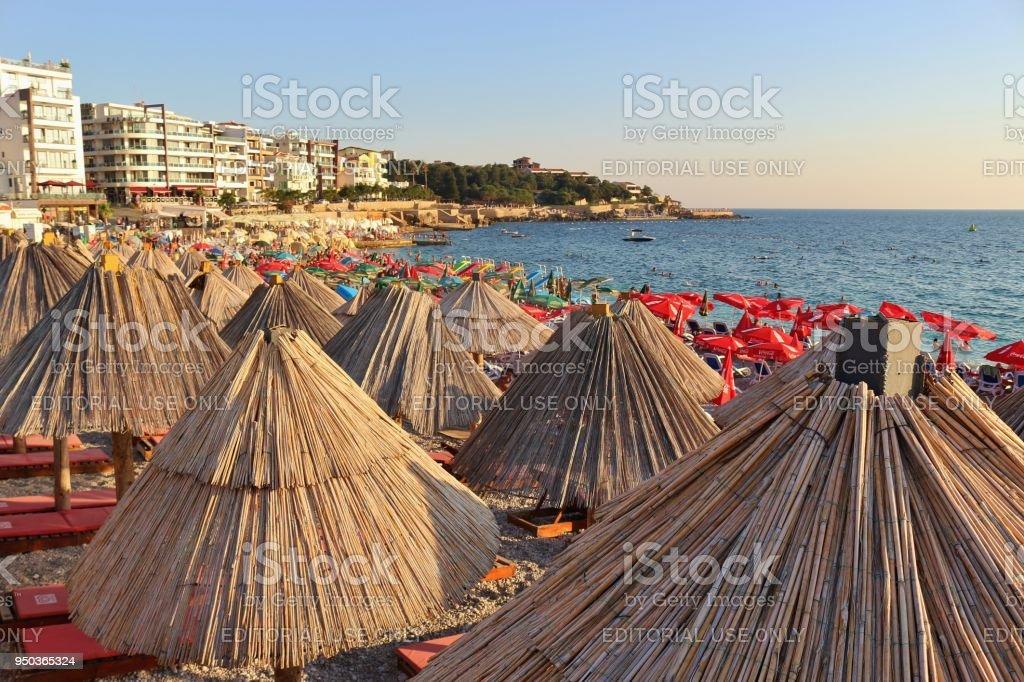 Sombrillas en la playa de Dobra Voda en la luz del atardecer. Montenegro, Europa. - foto de stock