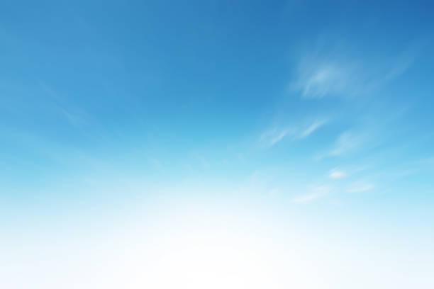 ciel de nuages de soleil pendant le fond de matin. bleu, ciel pastel blanc, lumière du soleil de lentille de foyer douce. gradient cyan brouillé abstrait de nature paisible. vue ouverte sur les fenêtres belle source d'été - bleu photos et images de collection