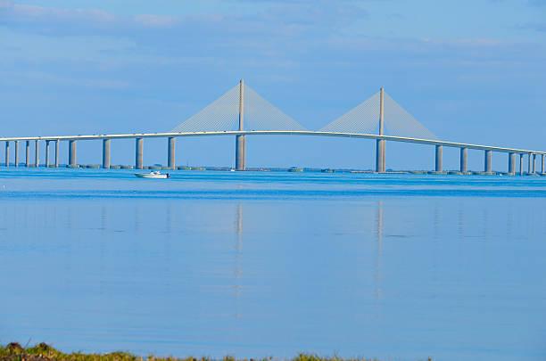 sunshine skyway pont sur la baie de tampa, en floride - passerelle pont photos et images de collection