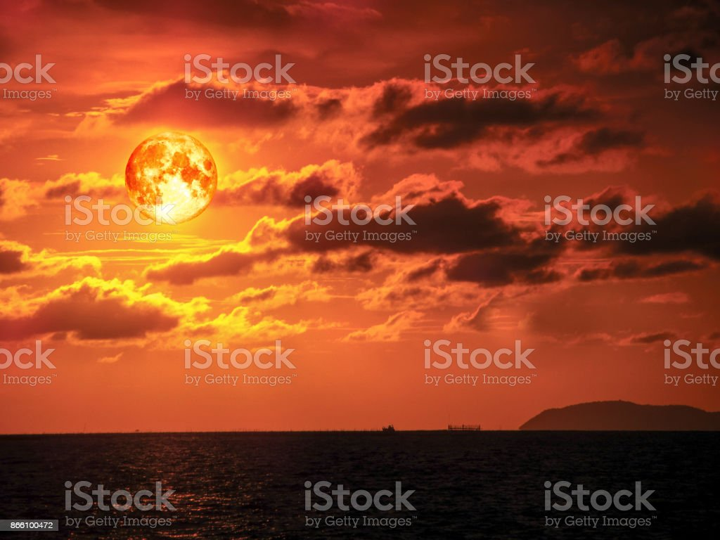 Super bloed maan zonsondergang zee horizon oranje wolk foto