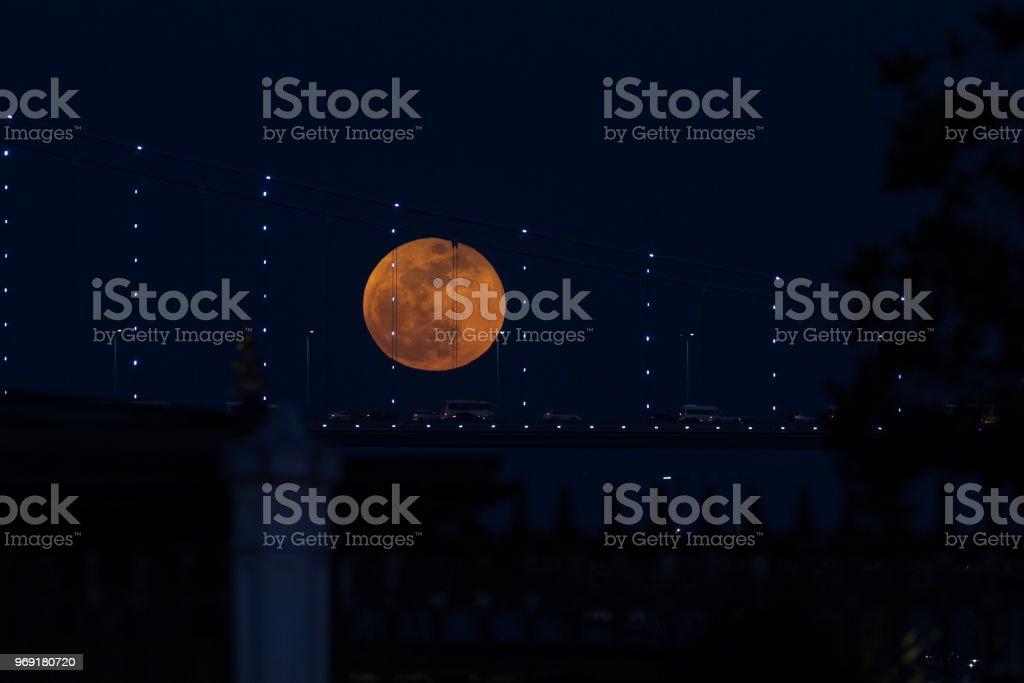 Super blauw bloed maan achter Bosporus-brug in Istanboel, Turkije foto