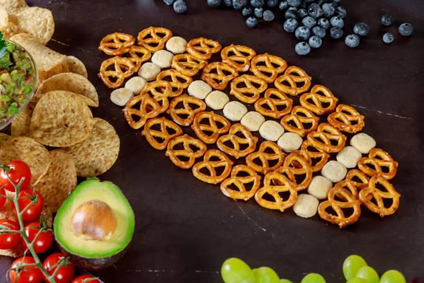 super-bowl-tag-party snacks um ein fußballspiel zu beobachten. - spieltag vorspeisen stock-fotos und bilder