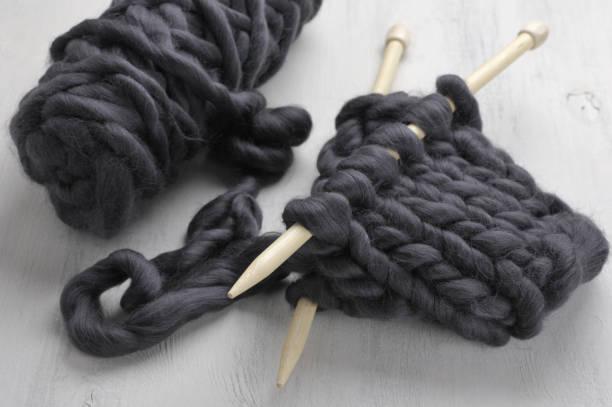 super chunky knitting - lavorare a maglia foto e immagini stock