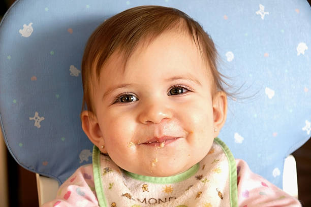 Super süßes baby Mädchen Essen und Lächeln – Foto
