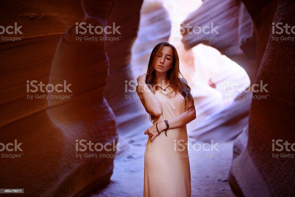 Super süßes Mädchen mit roten Felsen von Antelope Canyon – Foto