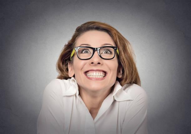 超級興奮的時髦的女孩看著灰色的牆背景 - 諷刺畫 個照片及圖片檔