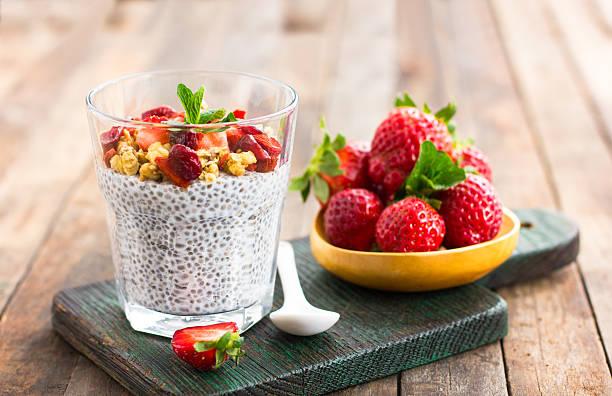 super food-gesunde chia samen pudding - chia samen pudding stock-fotos und bilder
