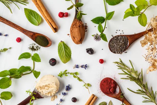슈퍼 푸드 플랫레이 : 마카 파우더, 비트 뿌리 파우더, 치아와 대마, 흰색 배경에 나무 숟가락에 스피룰리나. 건강한 식생활 개념. - 항산화제 뉴스 사진 이미지