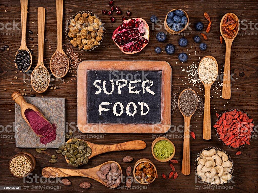 Super alimentos em colheres e tigelas - foto de acervo