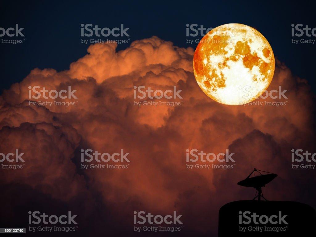 Super volledig bloed maan en sattlelite schijf oranje heap wolk foto