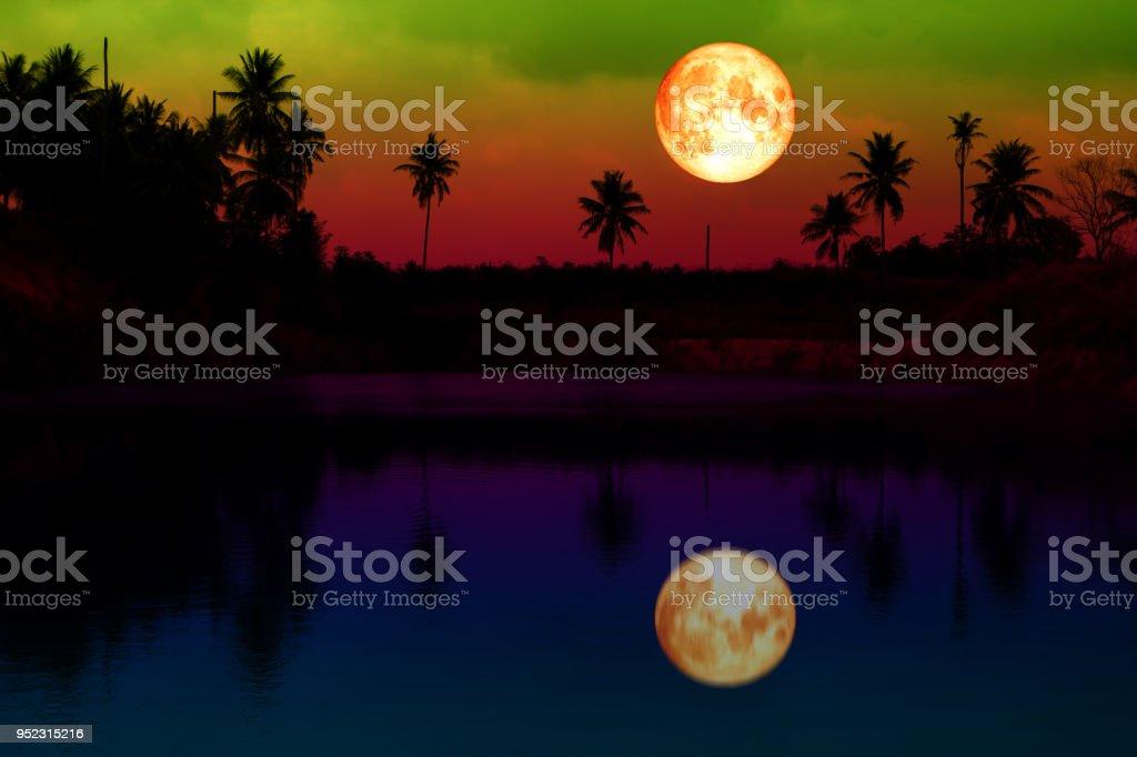 Super voll Blut Mond Reflexion bunte auf See über Wald – Foto
