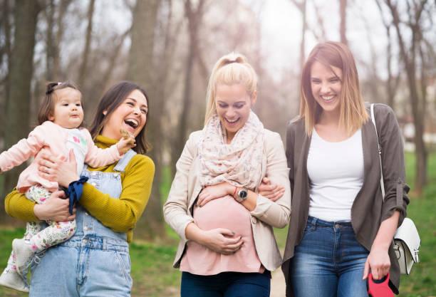 Super divertido con amigas en el Parque - foto de stock