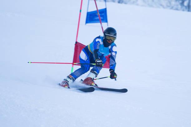 super g skirennläufer - skirennen stock-fotos und bilder