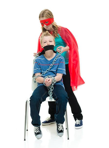 Super Chica rescates poco Hermano - foto de stock