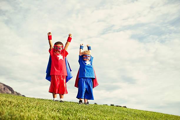 super kinder - kleine jungen kostüme stock-fotos und bilder