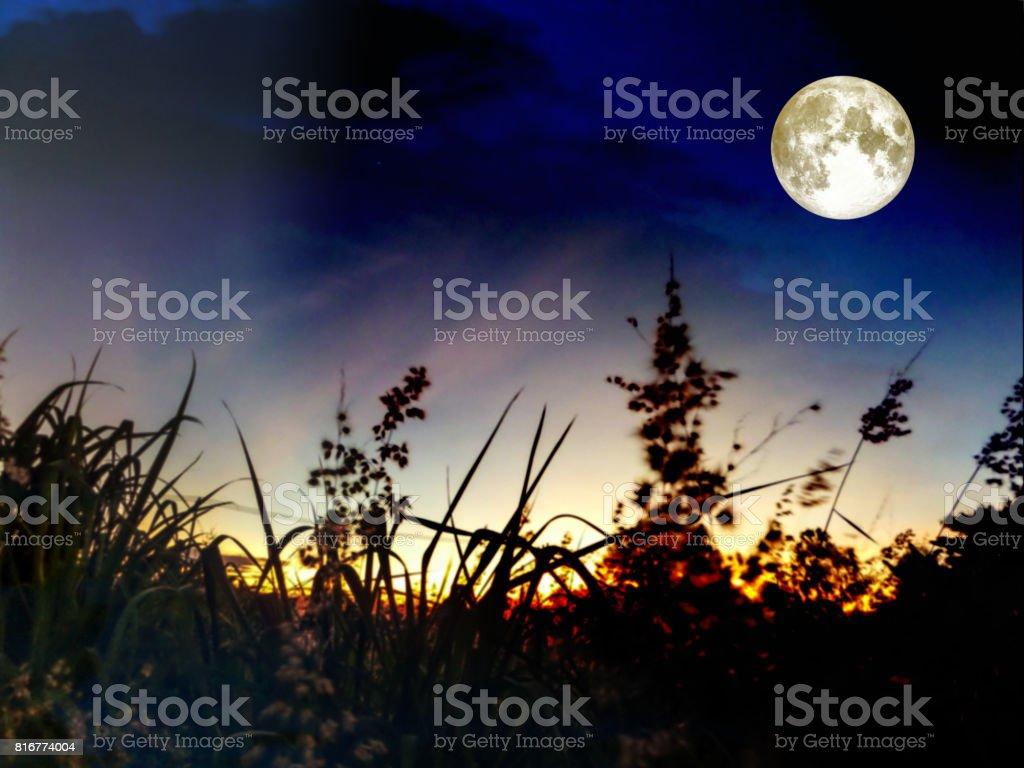 Süper gece gökyüzünde kara bulutlar yığın moon stok fotoğrafı