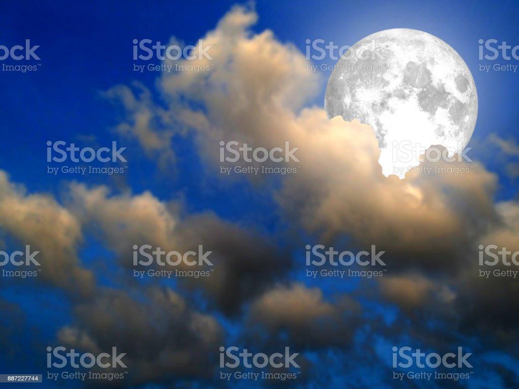 Super-Mond Glanz auf den blauen Himmel wieder Wolke – Foto