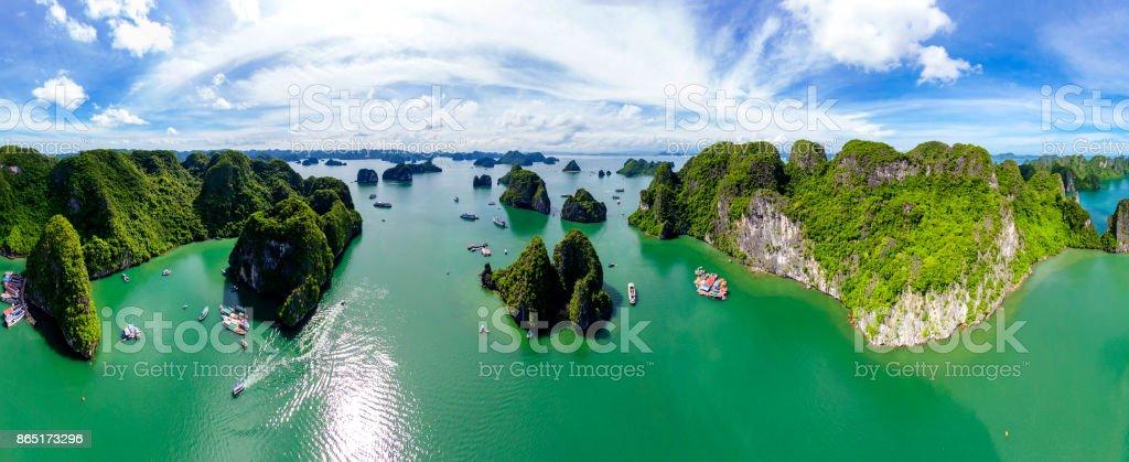 Super panorama Karst isla de paisaje en la bahía de Halong, Vietnam. alta calidad - foto de stock