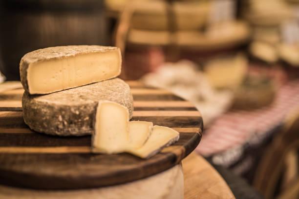 super tasty french cheese. - ser comte zdjęcia i obrazy z banku zdjęć