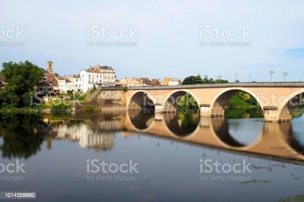 Superb panoramic view of the brick bridge over the dordogne in the picture id1014358860?b=1&k=6&m=1014358860&s=612x612&h=y zdqjhkwutweqve i56o9mviwh4g 9xorabbvfpfiu=