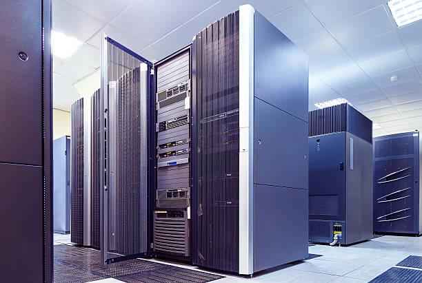 superordinateur groupes dans le centre de données de la chambre - présentateur photos et images de collection