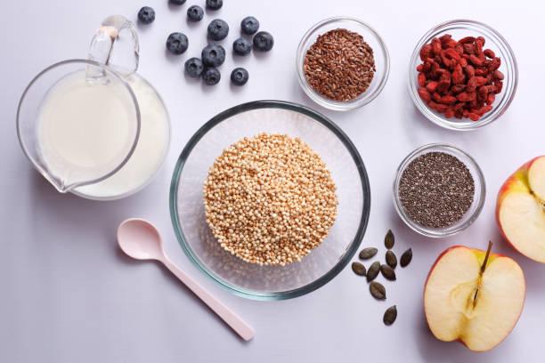 superfood frühstück - quinoa superfood stock-fotos und bilder
