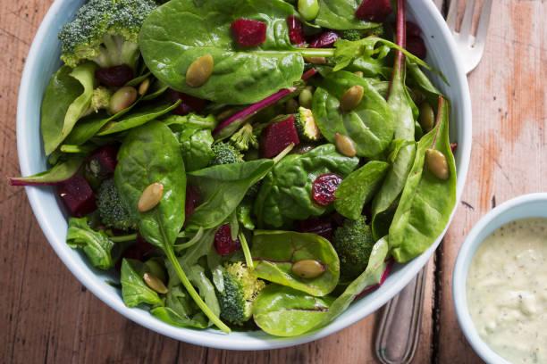 superfood salad bowl. mixed leaf salad with beetroot & pumpkin with creamy avocado dressing. - szpinak zdjęcia i obrazy z banku zdjęć
