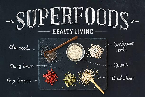 den superfoods auf schwarze tafel hintergrund :  goji beeren, chia, mungbohnen - quinoa superfood stock-fotos und bilder