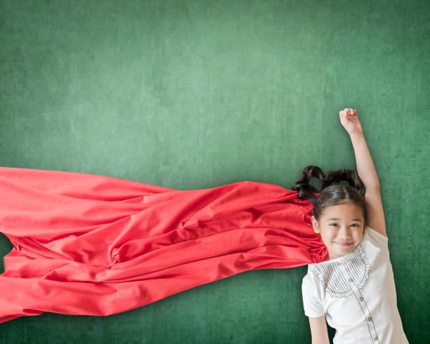super-herói asiáticos garota garoto estudante com inspiração em direitos das mulheres no conceito de sucesso de educação - dia das crianças - fotografias e filmes do acervo